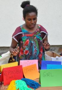 Fredah Wele erklärte, was die Farben des Regenbogens über unser Zusammenleben sagen.